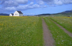Howmore Church approached from the seashore track.